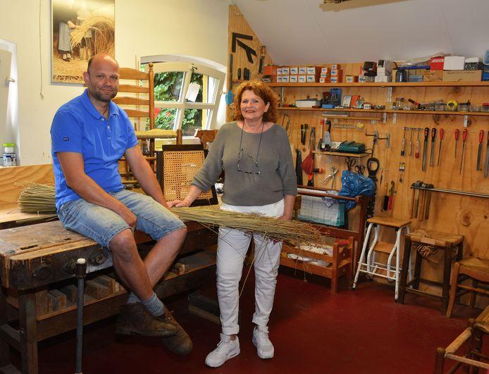 Coby Beckers-Verhees en haar zoon Gerard in de werkplaats van de stoelenmatterij in Bakel.