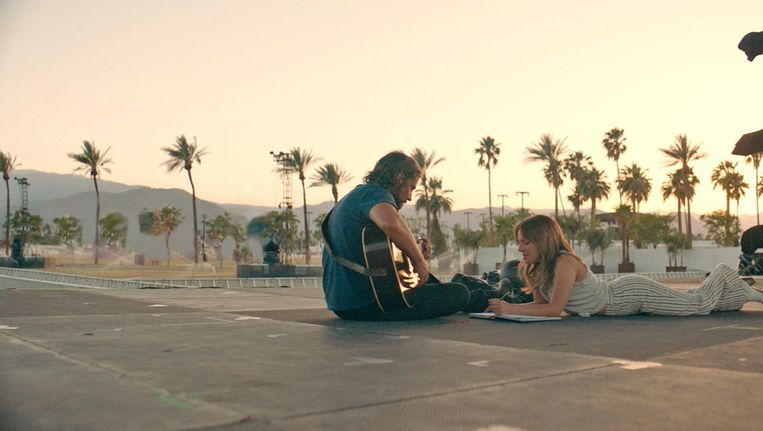 Bradley Cooper als country-zanger Jackson Maine en Lady Gaga als de bescheiden Ally in A Star is Born Beeld .