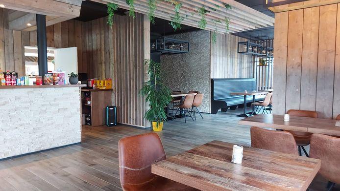 Het interieur van hamburgerrestaurant Los Patatas oogt stak, maar fris.