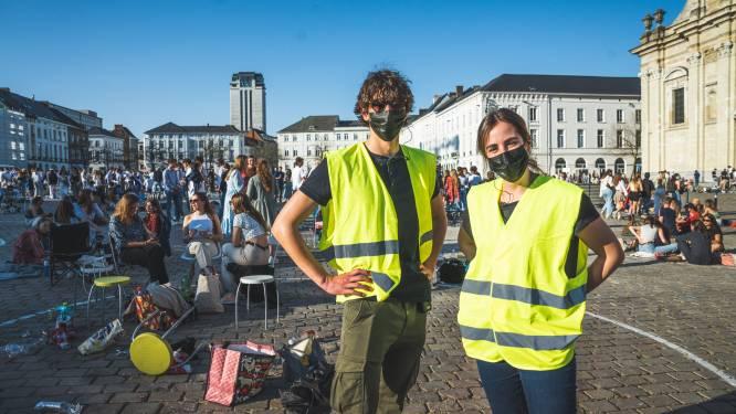 """Coronacoaches proberen rust te behouden op Sint-Pietersplein: """"Die mondmaskers, dat is een moeilijke zaak"""""""