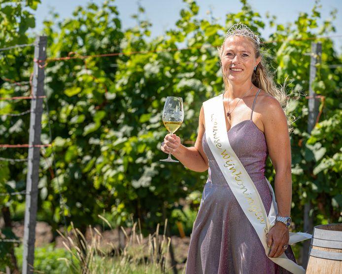 Wijnkoningin van 2020 Paula van de Vijver poseert op Wijnhoeve de Kleine Schorre.