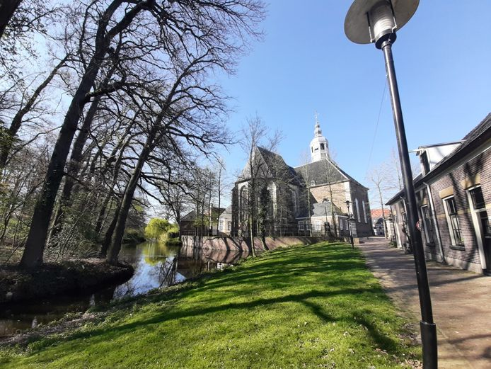 De Herengracht in Almelo, met de Grote Kerk op de achtergrond.
