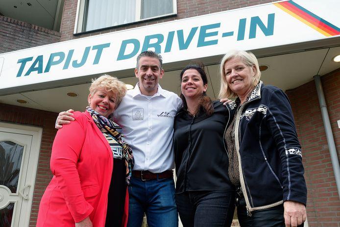 Vlnr. Sissy (zus van Cees), zoon Johan, dochter Joyce en Carin (partner van Cees) voor de Tapijt Drive-In in Roosendaal.