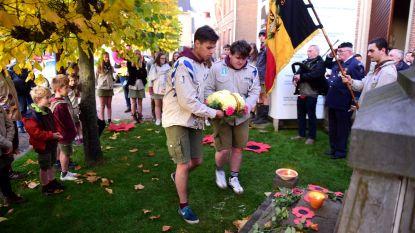 Pat en zijn vrienden herdenken sereen het einde van de oorlog