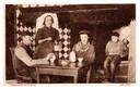 Jan en Mie van der Meijden drinken een halfelfje. Op de achtergrond hun zoons. Een jaar later, in 1921, begint Mie vanuit den herd een café.