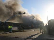 Grote brand bij bedrijf in Zeewolde na uren blussen gedoofd