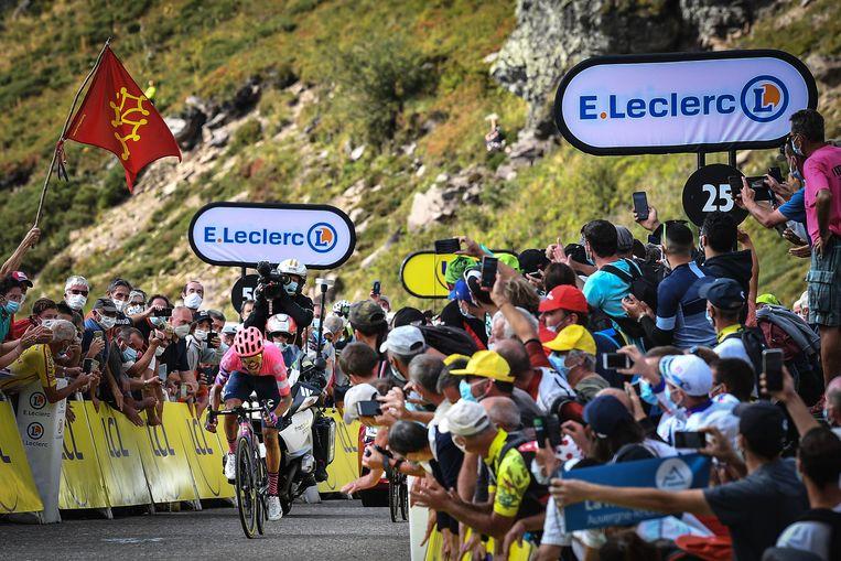 Het publiek schreeuwt Daniel Felipe Martinez naar de ritzege op de Puy Mary. Beeld BELGA