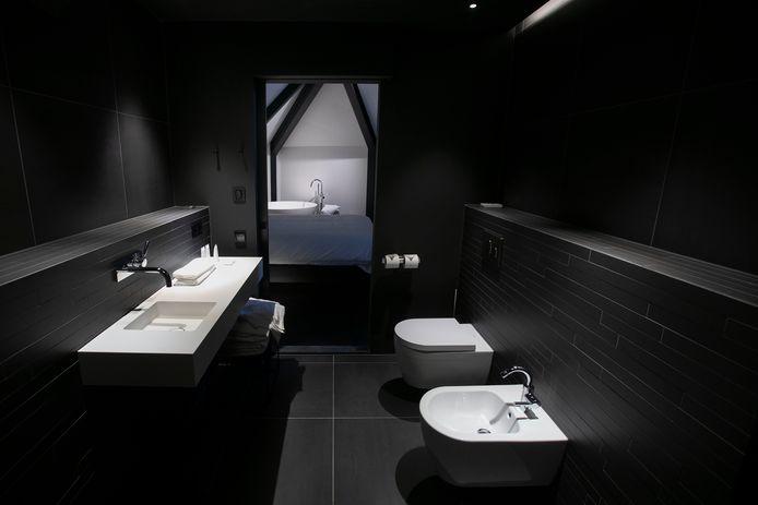 In het interieur overheersen de kleuren zwart, grijs en wit, zoals bij de strakke badkamers. Kleur moet van het design komen, zegt Annemoon Geurts.