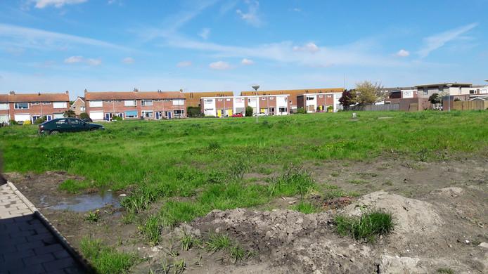 De bouwvlakte in de wijk West, met op de achtergrond de Henri Dunantstraat. De woningen daar worden ook gesloopt.