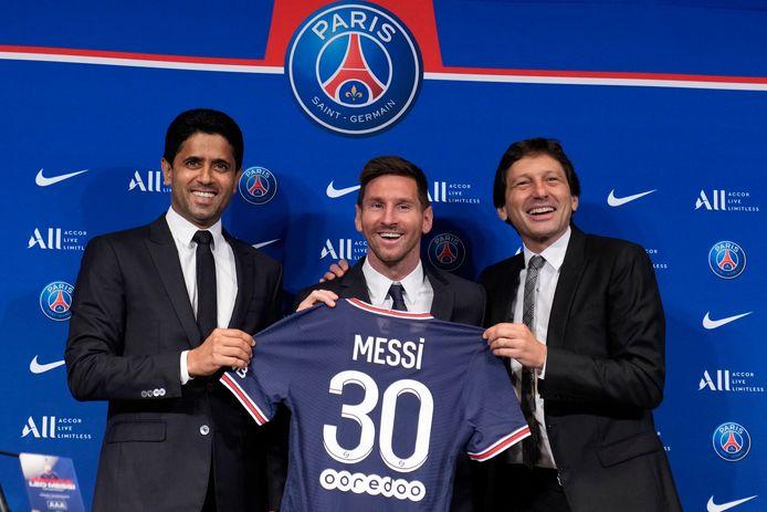 Messi tussen voorzitter Al-Khelaifi (links) en technisch directeur Leonardo (rechts).