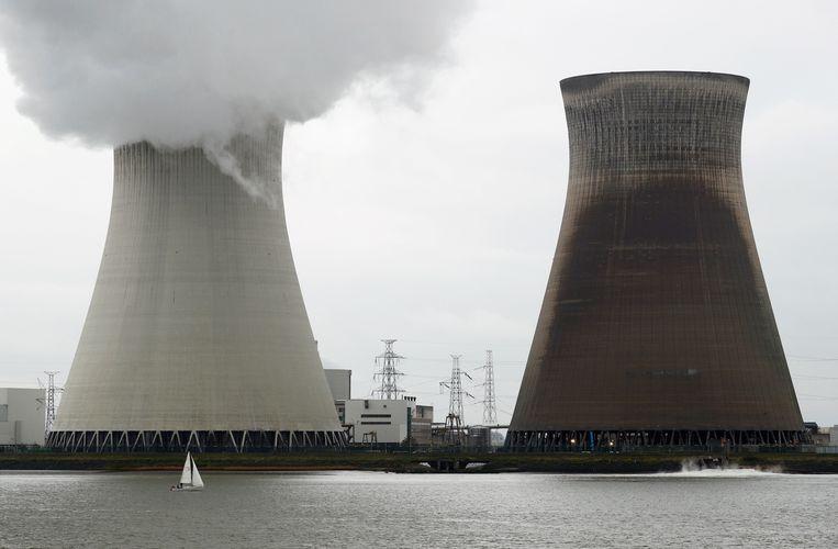 Een bootje vaart voor de koeltorens van de kerncentrale van Doel langs. Beeld REUTERS