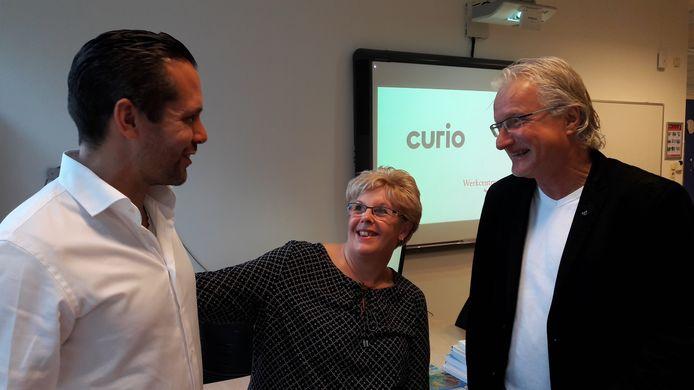 De Bergse wethouder Barry Jacobs in gesprek met Miranda Hopmans die een zorgopleiding volgt bij Curio-docent Gerald de Waal (vlnr). Doel van het project is om mensen vanuit de bijstand aan een betaalde baan te helpen.