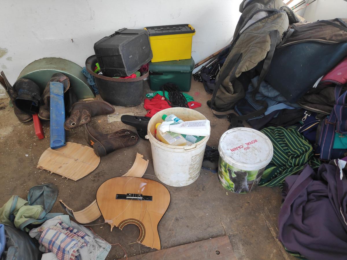 De vandalen sloegen onder meer de gitaar van Nathalie Van Hecke stuk.