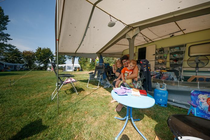 Zomer 2020: vakantievierders kamperen bij de Menmoerhoeve. Mogelijk komt er binnenkort een heffing van een klein bedrag per nacht voor dit soort overnachtingen in de gemeente Etten-Leur.
