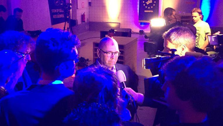Jan Dijkgraaf onder journalisten. Beeld