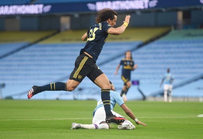 Luiz begaat een penaltyfout op Mahrez.