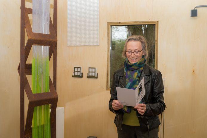 Cathrien Berghout in haar atelier in Burgh-Haamstede naast werk dat ze maakte bij een gedicht van Reiner Kunze