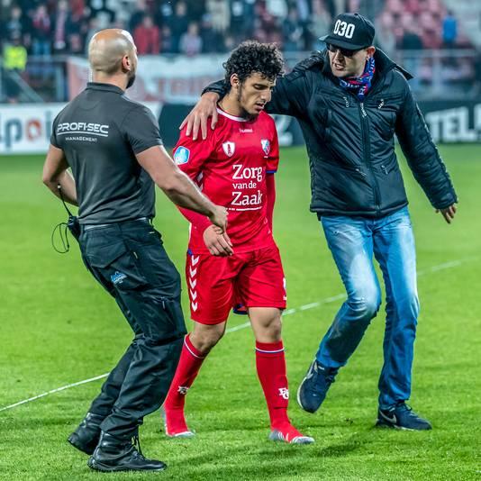 Een fan slaat een arm om Yassin Ayoub