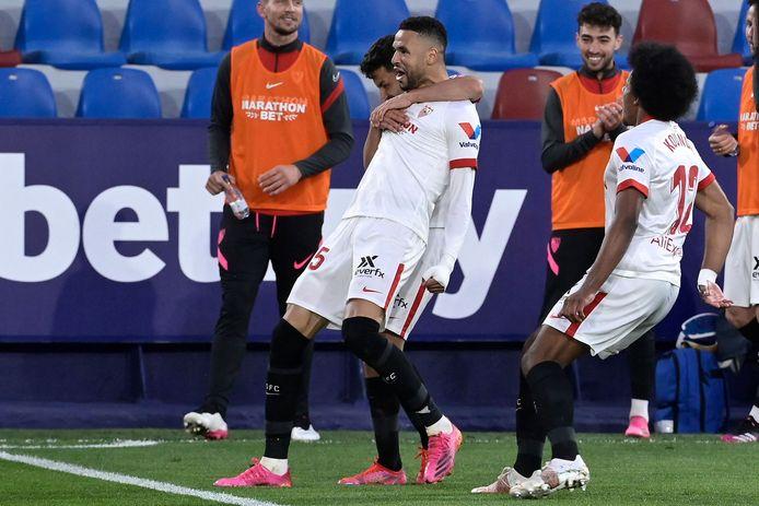 Yousef En-Nesry wordt besprongen nadat hij Sevilla op voorsprong heeft gezet.