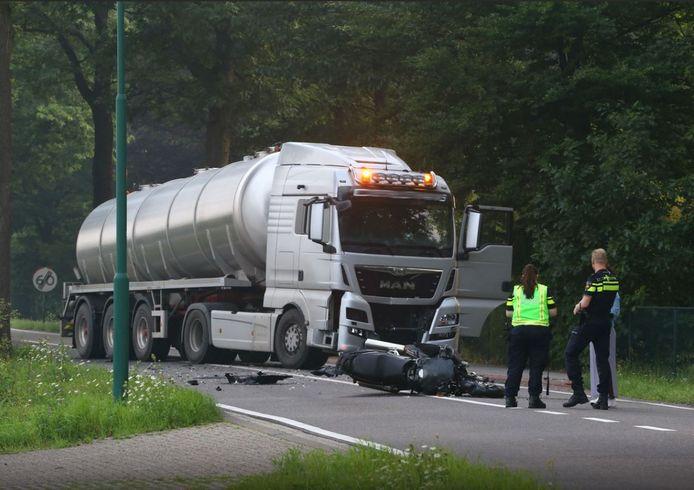 Een motorrijder is omgekomen op de Schijndelseweg in Sint-Oedenrode.