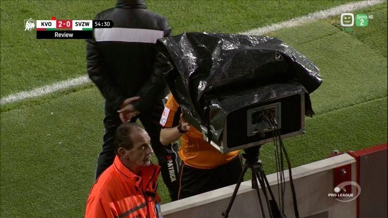 Ref Erik Lambrechts wandelde op aangeven van de videoref naar het tv-scherm. En keurde de goal van Leya Iseka vervolgens af.