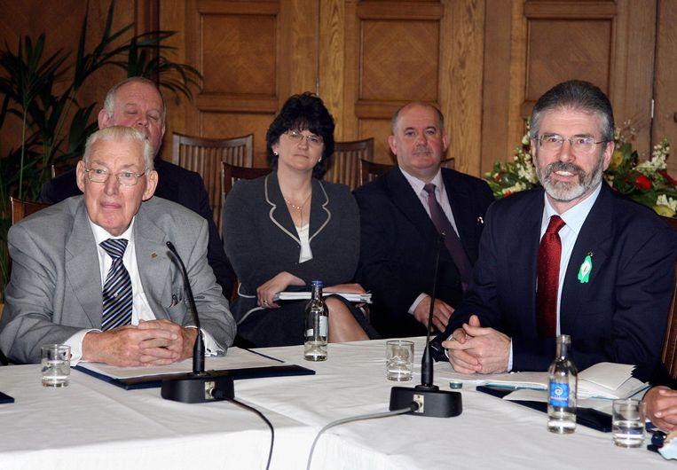 2007 Noord-Ierland en de IRA: Ian Paisley, leider van de Noord-Ierse protestanten (links) en Gerry Adams van de katholieke Sinn Féin, lichten op een persconferentie het akkoord over hun besluit een regering te vormen toe. Beeld null