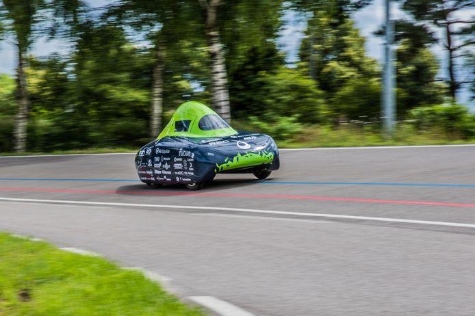 De waterstofauto van de Delftse studenten verbrak het record op een wielerbaan in Helmond.