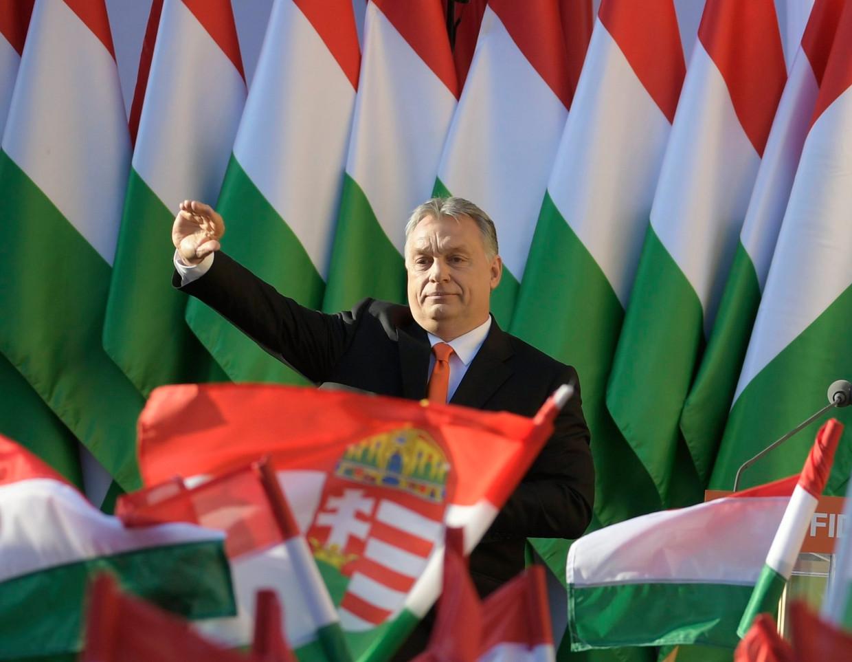 Premier Viktor Orbán is sinds 2010 ononderbroken aan de macht in Hongarije met zijn partij Fidesz. Als de oppositie de verkiezingen van volgend jaar al zou winnen dan zal het nipt zijn, is nu de verwachting. Beeld EPA