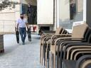 Koen van de Gambrinus op de Grote Markt haalt opgelucht adem dat zijn tafels en stoelen deze late namiddag nog geleverd werden.
