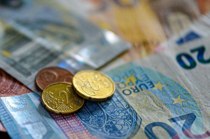 De dertiger gaf in verschillende Kortrijkse handelszaken valse biljetten van 20 euro uit.