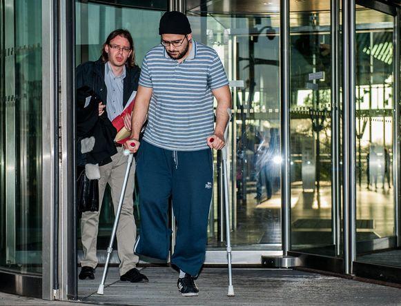 Bilal El Makhoukhi en zijn advocaat verlaten het Antwerpse justitiepaleis na een zittingsdag in het Sharia4Belgium-proces. Hij werd veroordeeld tot vijf jaar cel. Foto uit oktober 2014.