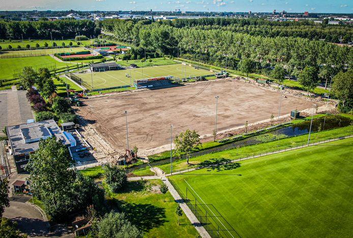 Het hoofdveld van voetbalvereniging Alblasserdam wordt voorzien van kunstgras.