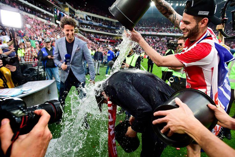 PSV trainer Phillip Cocu krijgt van zijn spelers emmers water Beeld ANP