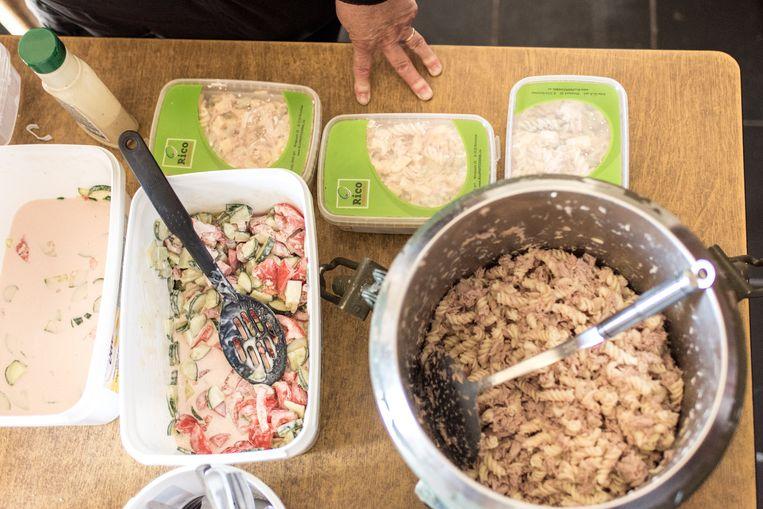 Myriam Baert maakte pasta met tonijnsalade klaar voor de migranten. Beeld Tine Schoemaker