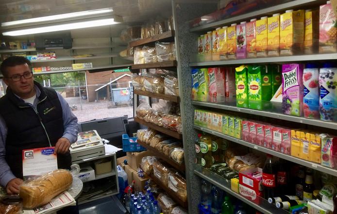 Han Rooth in zijn rijdende winkel, die sinds oktober wekelijks de Hardenbergse wijk Baalder bezoekt.