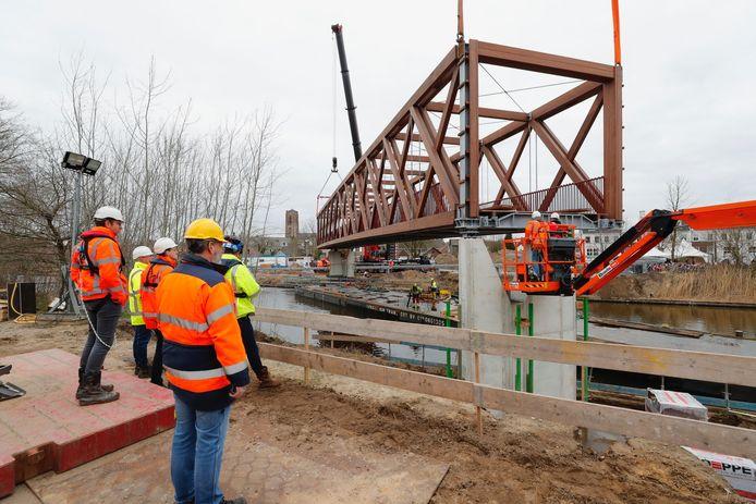 De nieuwe vakwerkbrug wordt geplaatst over het Wilhelminakanaal in Oirschot.