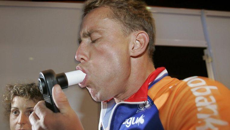 Boogerd blaast op een longtest, onderdeel van de medische controle voor de Tour van 2004 Beeld ANP