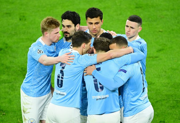 Kevin De Bruyne en zijn City-ploegmaats omhelzen elkaar na de kwalificatie. Beeld Photo News