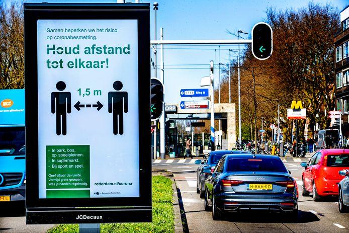 Op een bord in de binnenstad van Rotterdam worden de afstandsmaatregelen aangegeven.