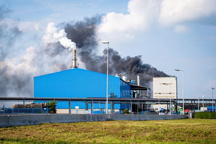 Bij de brand in de fabriek aan de Vondelingenweg kwam veel rook vrij.