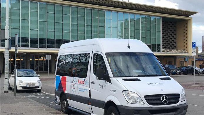 Een Bravoflex-busje bij het station in Eindhoven.