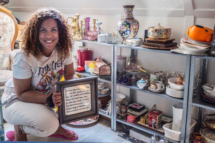 De tweedehandswinkel van Alicia Cardoso op zolder.