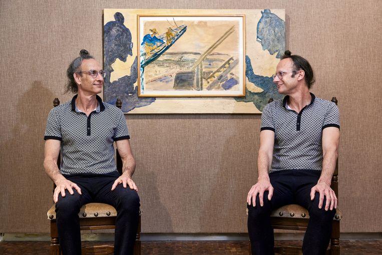 Gil Nader (links) en Moti Porat bij een door het tweetal bewerkt kunstwerk uit de verzameling van Porats moeder, te zien tijdens Forget & Remember in het Joods Historisch Museum. Beeld Aad Hoogendoorn