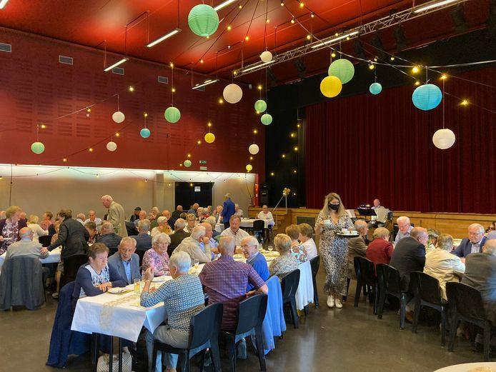 Koppels uit Kortenaken die 50, 60 of 65 jaar waren getrouwd werden gevierd tijdens een dubbel feest in zaal Den Hoek.