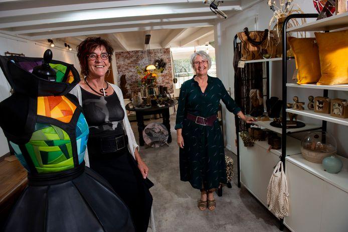 Ria Tijhaar (links) en Irene Niessink in hun winkel, waar cadeaus en kunst kris kras door elkaar staan. Ria: ,,Nu worden we benaderd door kunstenaars vanuit het hele land. Onze winkel zingt rond en dat is prettig.''