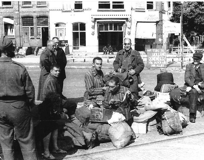 Overlevenden van het concentratiekamp Buchenwald zijn in Arnhem afgezet met vrachtwagens voor verdere doorreis. Ab Caransa herinnert zich dat 'we maar moesten zien hoe we verder zouden komen'.