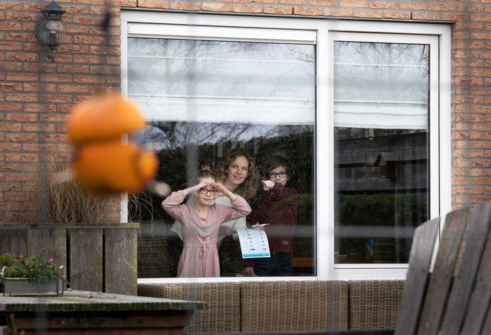 Leonie van Leijen telt samen met haar kinderen Thijs en Norah welke vogels ze in hun thuis zien.