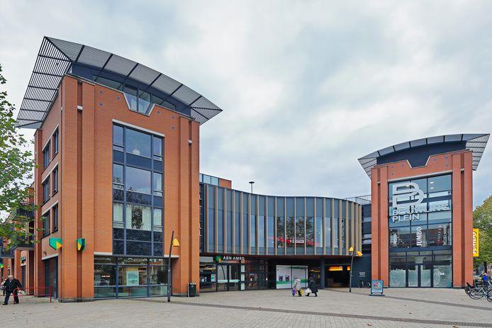 Het winkelcentrum aan het Bouwlingplein is vernieuwd, wat ook aan de buitenkant goed te zien is. Foto Pix4Profs / Johan Wouters