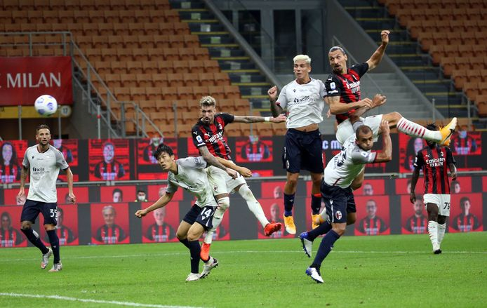 Zlatan Ibrahimovic komt boven iedereen uit en kopt de 1-0 binnen.