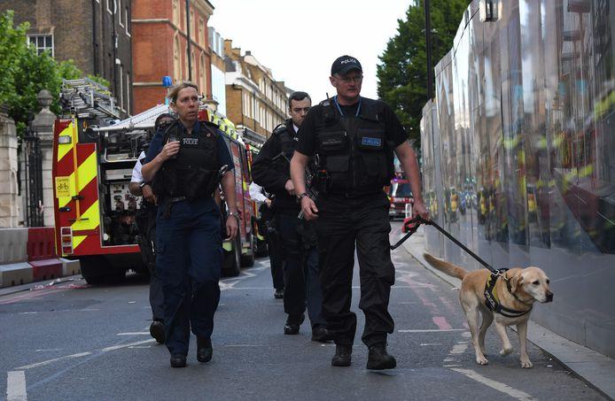Agenten doorzoeken straten in Londen, de ochtend na de meest recente aanslag